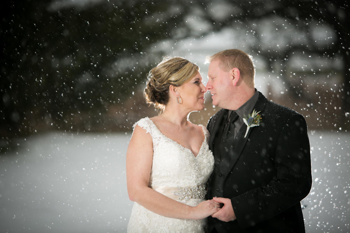 wedding couple on a snowy day
